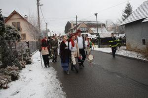 S dobrou náladou prešiel sprievod ulicami Poruby.