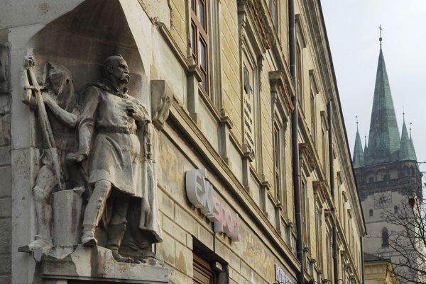 Pamätník obetiam prešovských jatiek na evanjelickom kolégiu v Prešove.