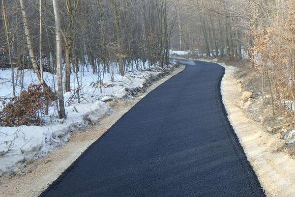 Nový asfaltový koberec. Skončiť by mali do konca budúceho týždňa.