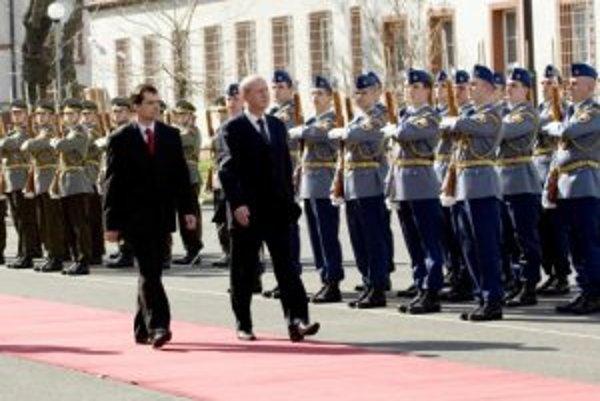 Minister obrany Srbskej republiky Zoran Stanković (vpravo) a minister obrany SR František Kašický (vľavo) počas slávnostného privítania na pôde Ministerstva obrany SR. Slovenský minister obrany dnes s vojenskými poctami privítal svojho srbského rezortného