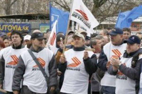 Skandujúci odborári pred RÚZ. Proti /hysterickým stanoviskám zamestnávateľov/ k navrhovanej novele Zákonníka práce protestovalo v stredu pred sídlom Republikovej únie zamestnávateľov (RÚZ) vyše 200 členov odborových zväzov KOVO (OZ KOVO) a Metalurg.