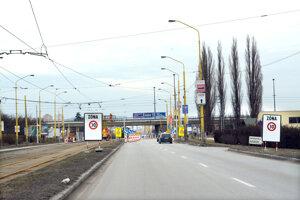 Príjazd ku križovatke VSS z Barce. Do centra mesta (rovno) ani v smere na Alejovú (vľavo) sa odbočiť nedá. Obchádzková trasa vedie po odbočení doprava na most VSS a ďalej v smere na Jazero a Vyšné Opátske.