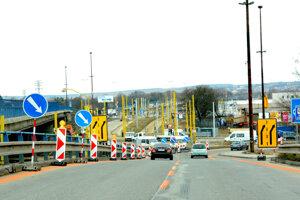 Odbočenie doprava z mosta VSS. V smere od otočky pri teplárni môžu zísť autá z mostu VSS po odbočení doprava na Južnú triedu. Odbočiť doľava v smere do Barce a ďalej na maďarské hranice sa nedá.