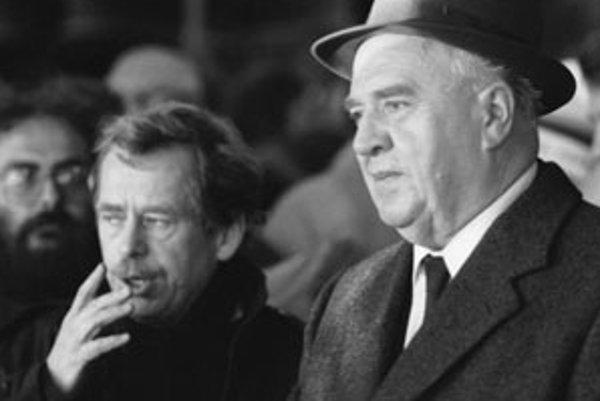 Bývalý československý premiér a niekdajší komunistický funkcionár Ladislav Adamec na archívnom snímku z 26. novembra 1989 s Václavom Havlom.