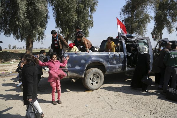 Iracké špeciálne sily odvážajú civilistov z bojových oblastí.