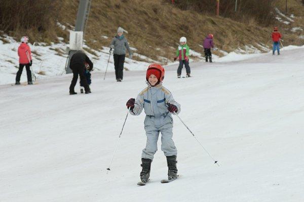 Lyžovačky vyhrávajú. Vďaka zime bohatej na sneh a mráz si školáci môžu užiť svahy aj teraz, začiatkom marca.