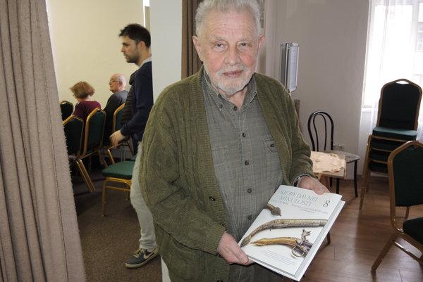 Pavel Dvořák s najnovšou knihou.