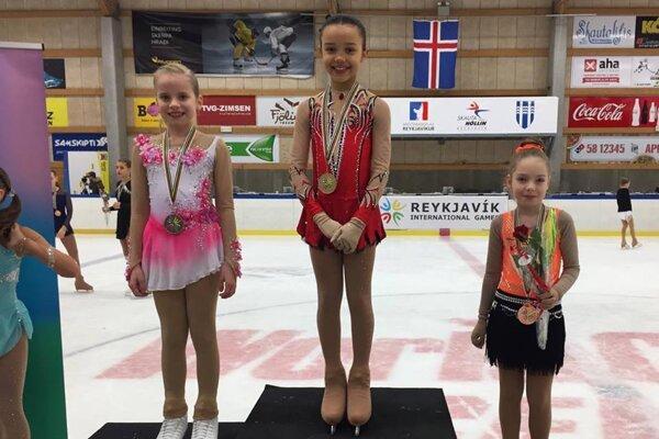 Emily Scott (vpravo) na stupni víťazov.