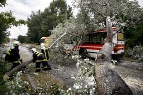 Požiarnici odstraňujú spadnutý strom v Ovsišti. Silná víchrica, ktorá sa prehnala Bratislavou v podvečerných hodinách, spôsobila dopravné problémy.