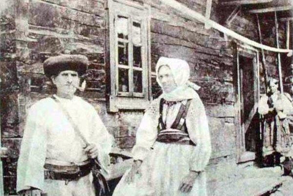 Muž a žena v kroji z Liptovskej Osady.