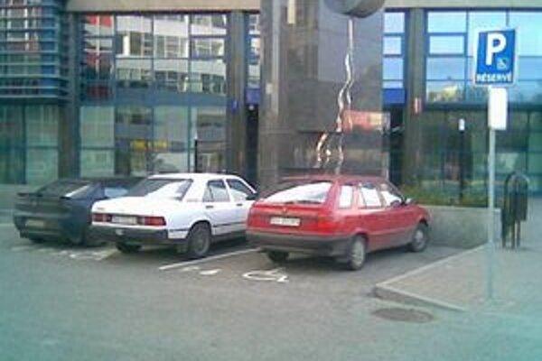 Parkovacie miesta pre ľudí s ťažkým zdravotným postihnutím sú vyznačené, často ich však využívajú aj iní vodiči.
