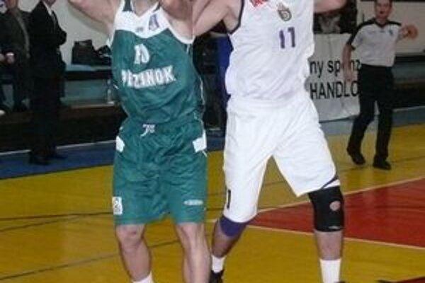 Jaroslav Štefánik (vpravo) bol jednou z kľúčových postáv zápasu Handlovej s Pezinkom.