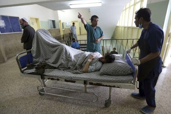Afganský lekári sa starajú o muža zraneného počas útoku.