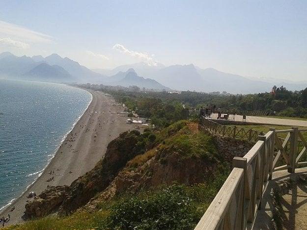 Konyaalti, jedna z mestských pláží v Antalyi.