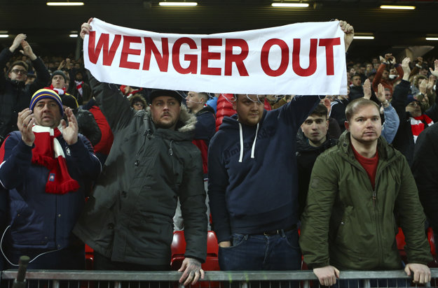 Fanúšikovia Arsenalu čoraz viac volajú po odvolaní Arsena Wengera.