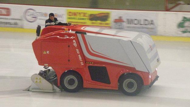 Táto novučičká rolba žehlila v piatkovom zápase Nové Zámky - Martin ľadovú plochu na novozámockom zimnom štadióne.