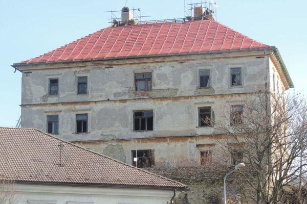 Práce na obnove krovu a strechy sa začali.