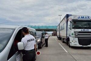 Policajti kontrolujú najmä dodávky a nákladné vozidlá.