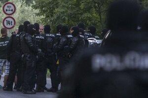 Policajti zastavili zhromaždenie na ceste do Gabčíkova.