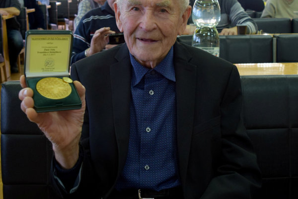 František Boháčik spamätnou zlatou medailou.