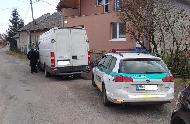 Prichytení pri čine. Polícia vDolných Plachtinciach na podnet Košičana Ivana Kovalčíka trojicu páchateľov zadržala. Zatiaľ ich konanie posudzujú len ako priestupok.