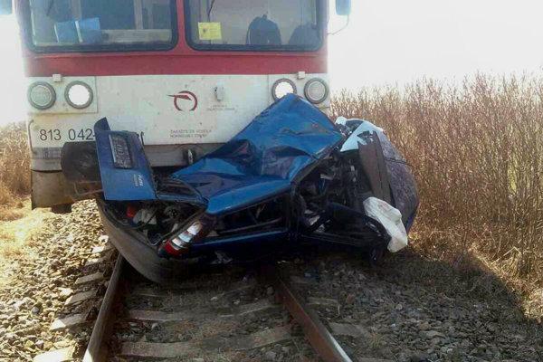 Nehoda vlaku s autom pri Holíči.
