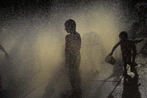 Ľudia v Pamplone našli úľavu od tepla vo fontáne.