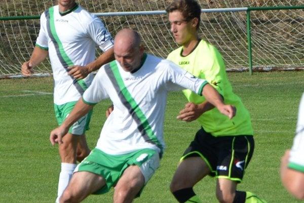 Peter Desat (s loptou) prestupuje z Jacoviec do Nemčíc.