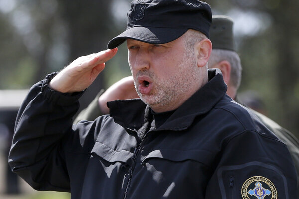 Riaditeľ ukrajinskej bezpečnostnej Oleksandr Turkyňov zdraví vojakov, ktorý zahajujú blokádu.