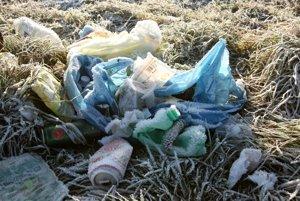 Odpadky sa objavia najmä po zime, keď zmizne sneh. V Čereňanoch ich výskyt v prírode poklesol.