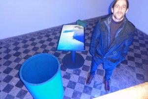 Milan Mazúr so svojou inštaláciou s videom.