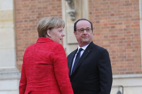 Francois Hollande víta Angelu Merkelovú.