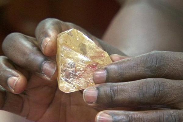 Nájdený neorezaný diamant.
