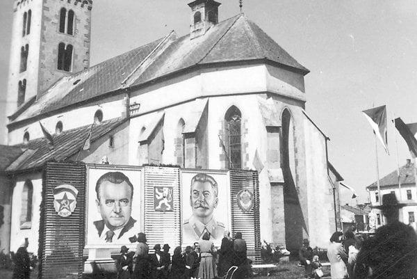 ímskokatolícky Kostol svätého Mikuláša a dobová výzdoba v päťdesiatych rokoch.