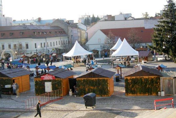 Vo vianočnom mestečku na námestí býva 31 stánkov.