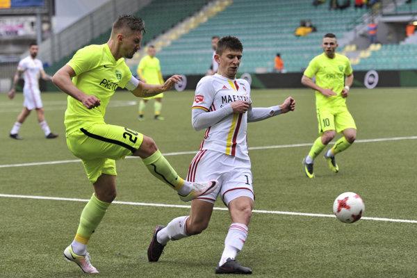 Na snímke vľavo Michal Škvarka (MŠK Žilina) a Šimon Kupec (MFK Ružomberok).