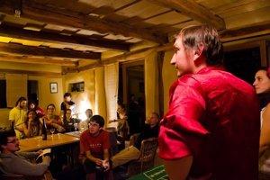 Klasické prednášky prebiehajú v neformálnej atmosfére a veľa sa diskutuje. Na fotografii jeden zo zakladateľov Sokratovho inštitútu Juraj Hipš.