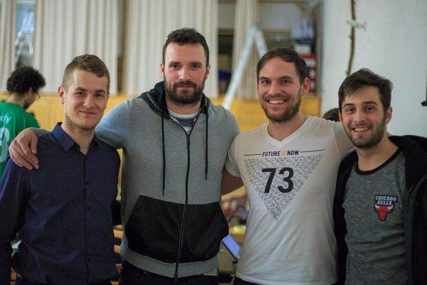 V bielom Štefan Schwartz - študent v BA, Handlovčan, spolužiak Mareka Viedenského, ktorý ho oslovil a pozval na tú akciu. Ten v tom tričku Chicago je jeden zo študentov, Štefanov kamarát.