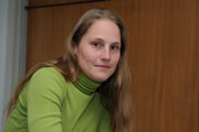 Alexandra Salmela (1980) vyštudovala divadelnú dramaturgiu na VŠMU a fínčinu na Karlovej univerzite v Prahe. Od roku 2006 žije vo Fínsku s manželom a dvoma deťmi. Za román 27 čiže smrť robí umelca získala v roku 2010 cenu za najlepší fínsky debut, v roku 2012 nomináciu na cenu Anasoft litera. Je aj autorkou niekoľkých detských knižiek.