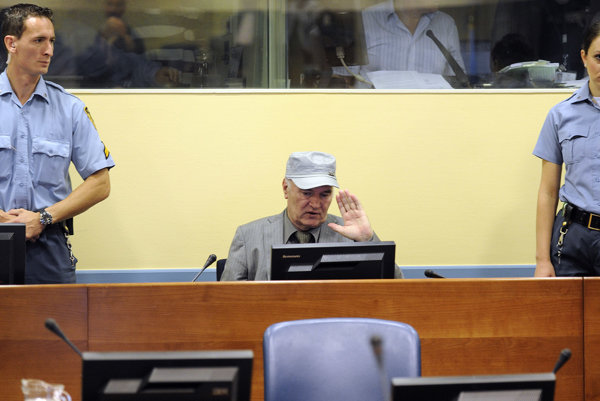 Ratko Mladič pred Medzinárodným trestným tribunálom pre bývalú Juhosláviu.