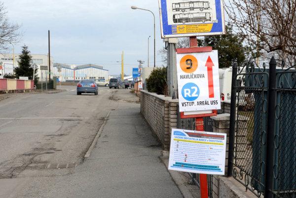 Barčianska ulica. Keby odbočoval náhradný autobusový spoj X7 zobchvatu (v pozadí) vsmere od Ryby už na túto ulicu, zlepšilo by to cestovanie Barčanov zcentra Košíc do tejto mestskej časti.