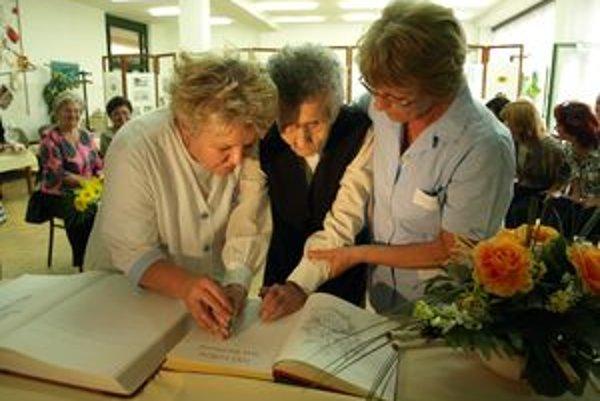 Storočnej babičke nerobí problém ani podpis do pamätnej knihy.