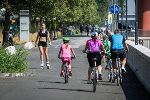 S krajším počasím pribúdajú na cestách cyklisti aj korčuliari.