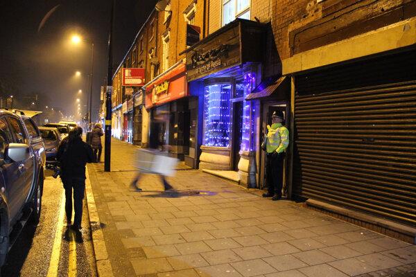Policajt pred domom v Birminghame.