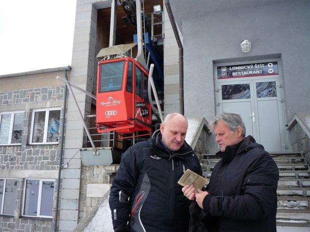 Náčelník lanovky Ján Šimoňák s autorom článku Milanom Matušinským listujú v prvom cestovnom poriadku lanovky.