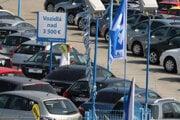 Registračný poplatok sa po novom platí pri každej zmene majiteľa. Pri jazdených vozidlách stúpnu aj oniekoľko stoviek eur.