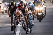 Belgický cyklista Greg Van Avermaet (uprostred) víťazí v záverečnom špurte na pretekoch E3 Harelbeke v belgickom meste Harelbeke 24. marca 2017. Na druhej a tretej priečke sa umiestnili jeho krajania Philippe Gilbert a Oliver Naesen.
