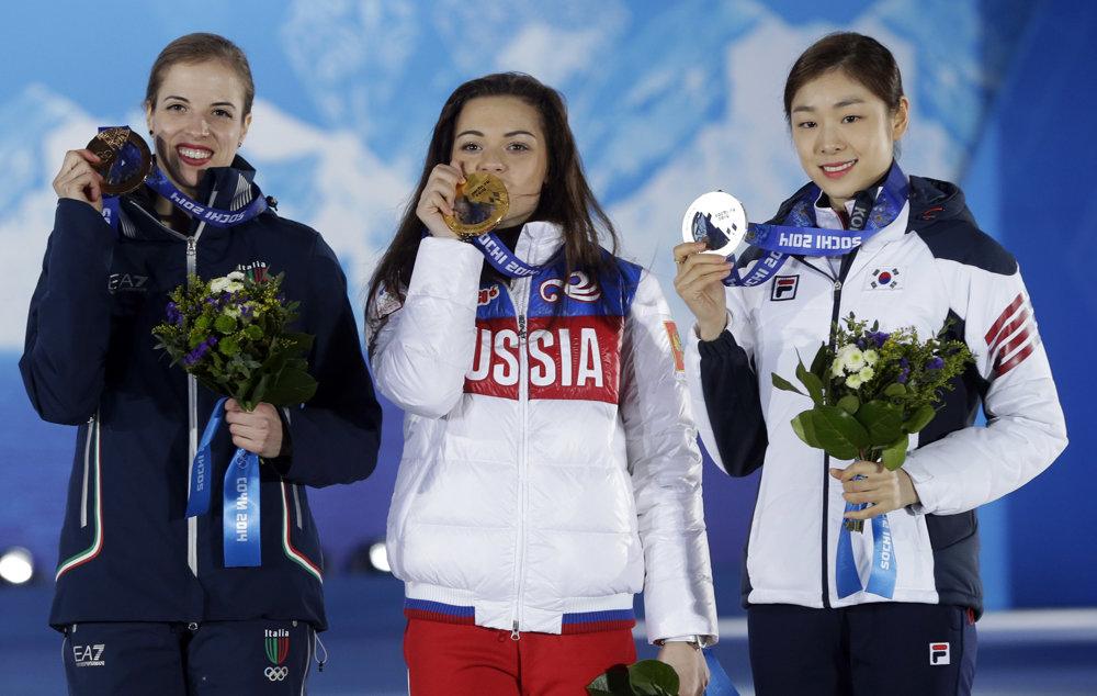 Carolina Kostnerová (vľavo) s bronzovou olympijskou medailou.