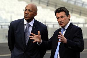 Frank Fredericks (vľavo) sa vzdal všetkých svojich úloh v Medzinárodnej asociácii atletických federácií (IAAF) a naznačil, že sa nezúčastní na aprílovom zasadnutí rady organizácie v Londýne.