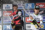 Zľava víťaz pretekov Greg van Avermaet a vpravo tretí Peter Sagan.